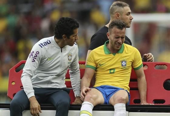 Arthur Melo đau đớn rời sân và đối mặt nguy cơ không thể dự giải. Ảnh: Getty Images