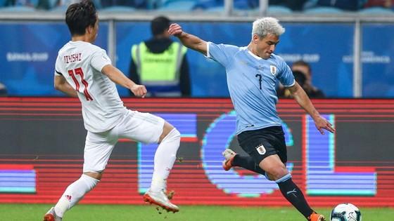 Nhật Bản (trái)) đã gây sốc khi ngăn cản đà thắng của ứng viên Uruguay. Ảnh: Goal.com