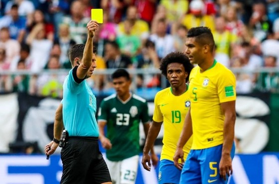 Chiếc thẻ vàng đáng trách khiến Casemiro phải ngồi ngoài sau khi đá chính suốt vòng bảng. Ảnh: Getty Images