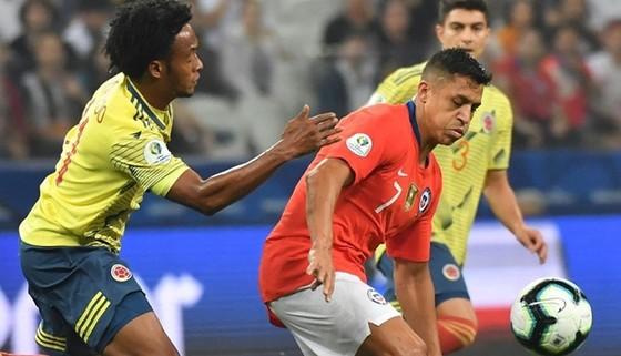 Chile vào bán kết sau trận cầu đầy rắc rối ảnh 1