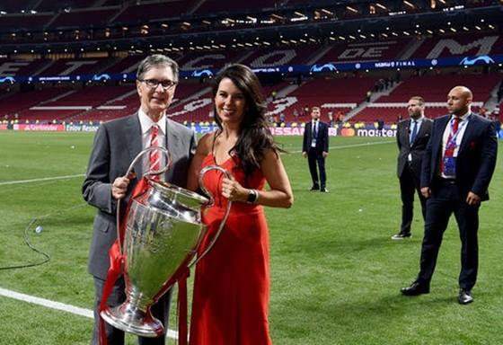 John W. Henry và vợ hào hứng với chức vô địch Champions League. Ảnh: Getty Images