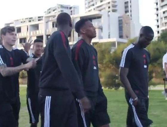Hình ảnh Paul Pogba và Jesse Lingard tranh cãi trên video.