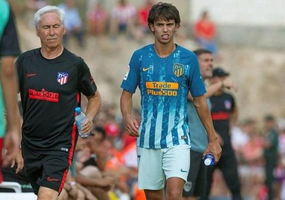 Joao Felix khập khiễng rời sân chỉ sau 26 phút ra mắt. Ảnh: Getty Images