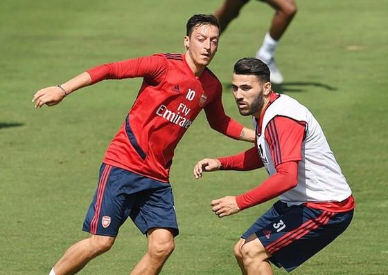Mesut Oezil (trái) và Sead Kolasinac gặp rắc rối khi vừa trở về sau chuyến tập huấn tại Mỹ. Ảnh: Daily Mail