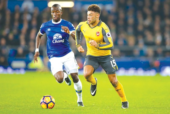 Arsenal (phải) cần phải thắng Everton mới có thể hy vọng.
