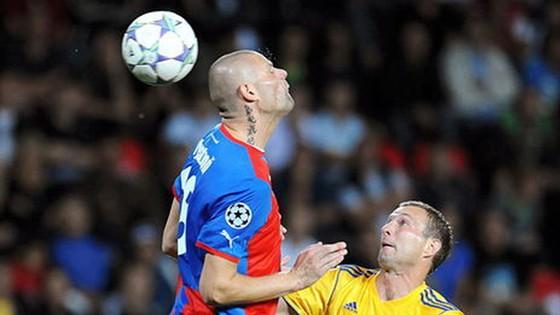 Bystron (trái) trong một trận đấu tại Champions League.