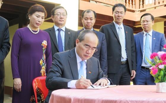 Bí thư Thành ủy TPHCM Nguyễn Thiện Nhân hội đàm với lãnh đạo tỉnh Savannakhet  ảnh 2