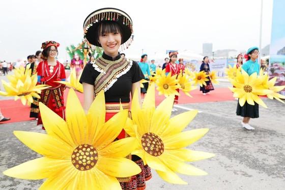 Diễu hành Carnaval tưng bừng bên bờ biển Bãi Cháy ảnh 4