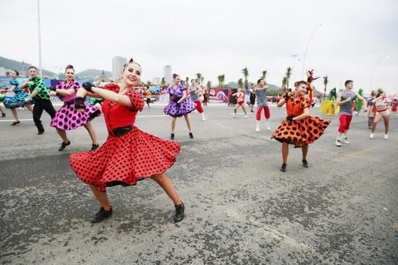 Diễu hành Carnaval tưng bừng bên bờ biển Bãi Cháy ảnh 1