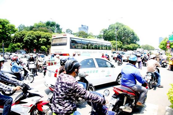 Vẫn lúng túng phân luồng giao thông khu vực trung tâm TPHCM ảnh 1