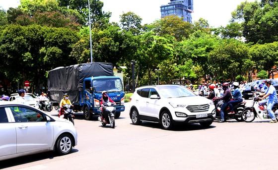 Vẫn lúng túng phân luồng giao thông khu vực trung tâm TPHCM ảnh 2