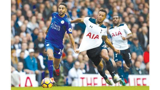 Leicester (trái) là một trong hai đối thủ khó chịu nhất với Tottenham ở mùa này.