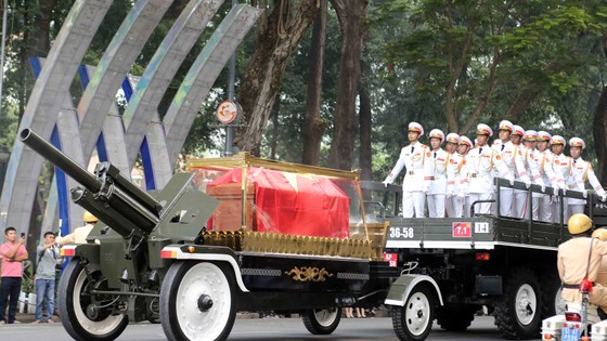 Đông đảo các tầng lớp nhân dân đưa tiễn nguyên Thủ tướng Phan Văn Khải ảnh 33