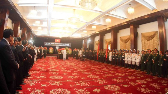 Đông đảo các tầng lớp nhân dân đưa tiễn nguyên Thủ tướng Phan Văn Khải ảnh 36