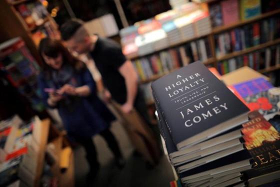 Hồi ký của cựu Giám đốc FBI James Comey bán được 600.000 bản ngay trong tuần đầu phát hành ảnh 1
