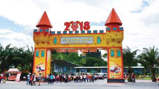 Đại Nam tưng bừng đón lễ 30-4 và 1-5 bằng 7 công trình cổng chào Container hoành tráng ảnh 3