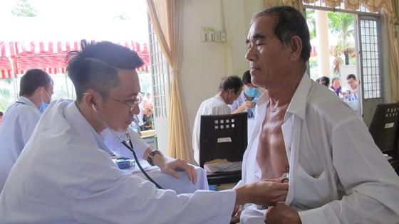 Khám bệnh, phát thuốc miễn phí cho gần 700 người nghèo tại Long An ảnh 1