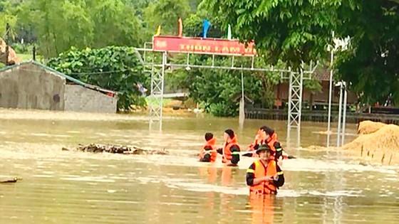 Những người lính cứu nạn cứu hộ trong lũ dữ ảnh 2