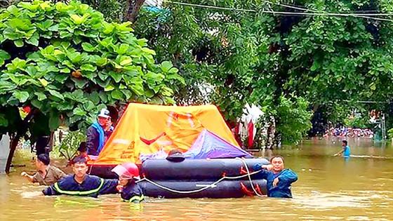 Những người lính cứu nạn cứu hộ trong lũ dữ ảnh 5