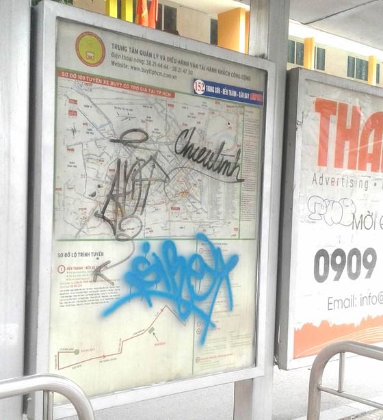 Viết vẽ bậy tại trạm xe buýt ảnh 1