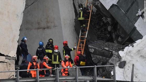 Lực lượng cứu hộ tìm kiếm người sống sót trong đêm trong vụ sập cầu cạn tại Italy ảnh 1
