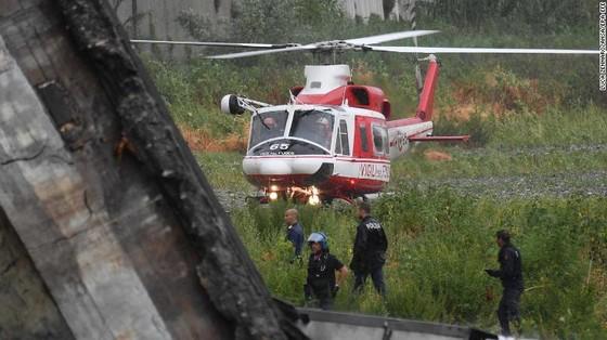 Lực lượng cứu hộ tìm kiếm người sống sót trong đêm trong vụ sập cầu cạn tại Italy ảnh 16