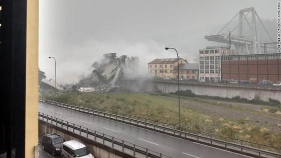 Lực lượng cứu hộ tìm kiếm người sống sót trong đêm trong vụ sập cầu cạn tại Italy ảnh 9