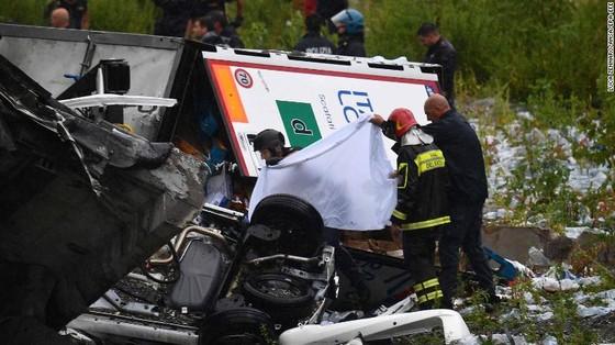 Lực lượng cứu hộ tìm kiếm người sống sót trong đêm trong vụ sập cầu cạn tại Italy ảnh 18