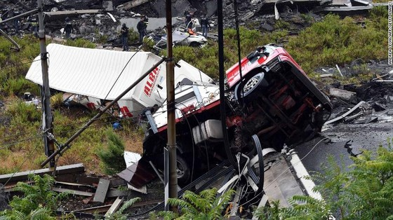 Lực lượng cứu hộ tìm kiếm người sống sót trong đêm trong vụ sập cầu cạn tại Italy ảnh 5