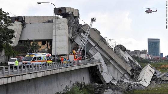 Lực lượng cứu hộ tìm kiếm người sống sót trong đêm trong vụ sập cầu cạn tại Italy ảnh 14