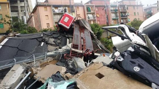 Lực lượng cứu hộ tìm kiếm người sống sót trong đêm trong vụ sập cầu cạn tại Italy ảnh 13