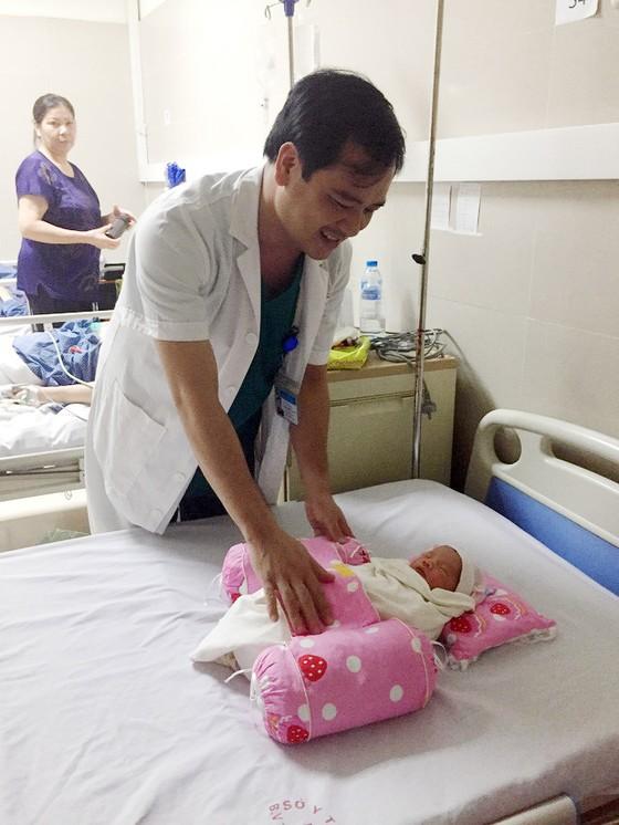 Bé gái nặng 3,2 kg chào đời khỏe mạnh dù mẹ hôn mê suốt 3 tháng liền ảnh 1