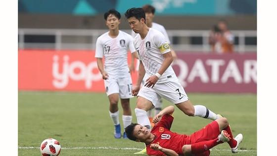 Hàng phòng ngự đội Olympic Việt Nam vất vả trước sự lấn lướt của Olympic Hàn Quốc. Ảnh: DŨNG PHƯƠNG