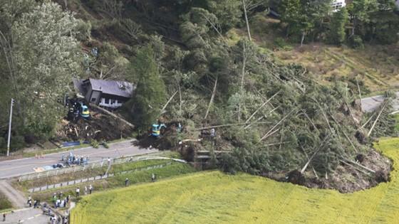 Động đất mạnh gây lở đất, mất điện trên diện rộng tại Nhật Bản ảnh 4