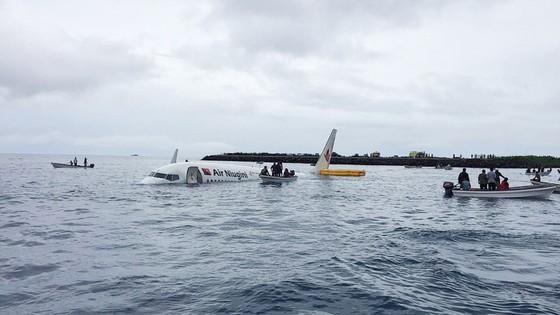 Máy bay chở 47 người trượt khỏi đường băng, lao xuống biển ảnh 9