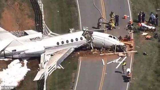 2 người chết, 2 người bị thương sau khi máy bay trượt khỏi đường băng gẫy làm đôi ảnh 1