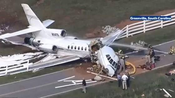 2 người chết, 2 người bị thương sau khi máy bay trượt khỏi đường băng gẫy làm đôi ảnh 5