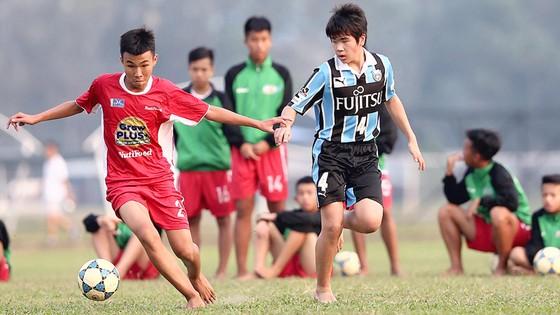 Cầu thủ Học viện Nutifood (trái) đấu giao hữu với đội trẻ Kawasaki (Nhật Bản). Ảnh: ANH TRẦN