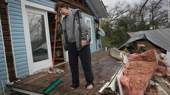 Siêu bão Michael tấn công Florida: 17 người chết, một căn cứ quân sự bị san bằng, cả thị trấn bị xóa sổ ảnh 40