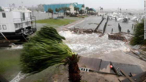 Siêu bão Michael tấn công Florida: 17 người chết, một căn cứ quân sự bị san bằng, cả thị trấn bị xóa sổ ảnh 41