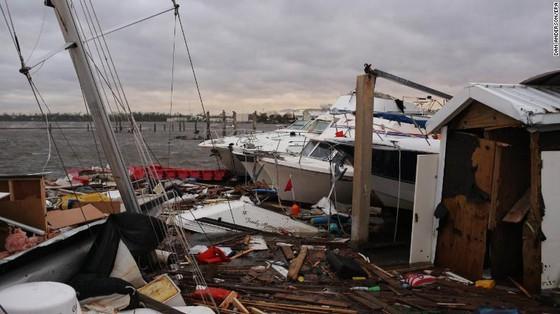 Siêu bão Michael tấn công Florida: 17 người chết, một căn cứ quân sự bị san bằng, cả thị trấn bị xóa sổ ảnh 42