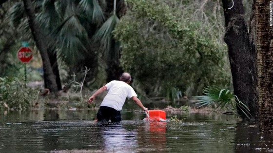 Siêu bão Michael tấn công Florida: 17 người chết, một căn cứ quân sự bị san bằng, cả thị trấn bị xóa sổ ảnh 44