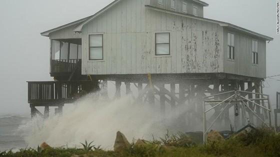 Siêu bão Michael tấn công Florida: 17 người chết, một căn cứ quân sự bị san bằng, cả thị trấn bị xóa sổ ảnh 47