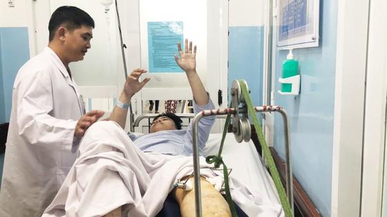 Vụ xe BMW gây tai nạn liên hoàn tại ngã tư Hàng Xanh: 3 nạn nhân nguy kịch tại bệnh viện ảnh 1