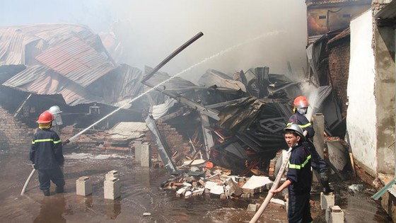 Cháy lớn thiêu rụi xưởng gỗ gần 400m² ở làng nghề Lũng Kênh ảnh 1