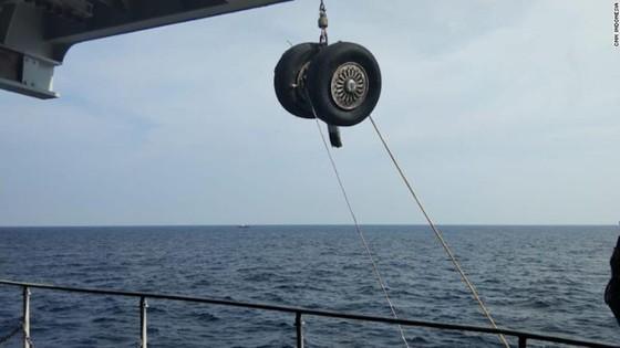 Vụ máy bay Lion Air rơi tại Indonesia: Phát hiện thân và động cơ máy bay, một thợ lặn thiệt mạng ảnh 3