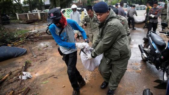 Ít nhất 281 người thiệt mạng và hơn 1.000 người bị thương trong vụ sóng thần tại Indonesia ảnh 11