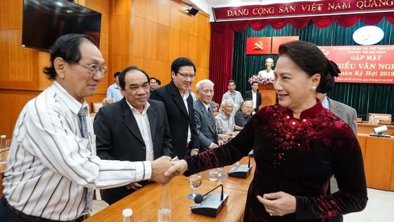 Chủ tịch Quốc hội Nguyễn Thị Kim Ngân gặp gỡ đại biểu văn nghệ sĩ khu vực phía Nam ảnh 2
