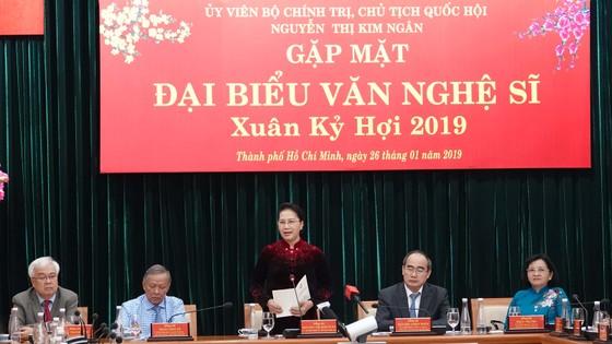 Chủ tịch Quốc hội Nguyễn Thị Kim Ngân gặp gỡ đại biểu văn nghệ sĩ khu vực phía Nam ảnh 1
