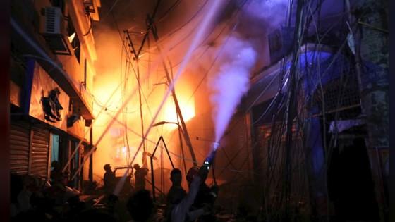 Ít nhất 81 người thiệt mạng trong vụ cháy chung cư tại Bangladesh ảnh 9